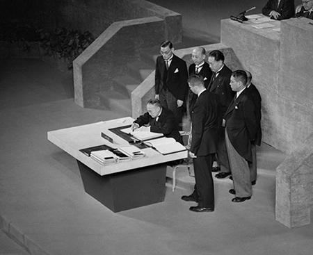 Fotografia: El Premier Yoshida, de Japón, suscribe el Tratado de San Francisco (1951) en el estrado del War Memorial Opera House de San Francisco. Imagen perteneciente al Dominio Público.